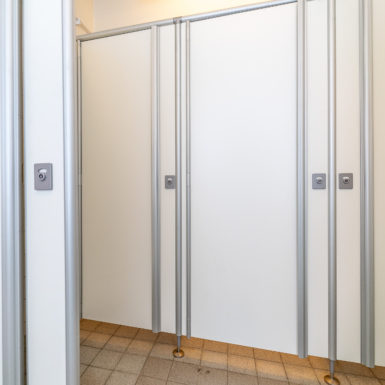 skärmväggsystem, urinalskärm, pissoarskärm, Laminat, kompaktlaminat, laminatskiva, laminatskivor, skärmvägg, skärmväggssystem, profiler, väggpanel-er, profilsystem, skärmsystem, kompositmaterial, skivmaterial, högtryckslaminat, fasadskivor, duschväggar, duschrum, omklädningsrum, bänkskivor, bänkar, toalettbås, tvättställ, tvättstuga, fönsterbänkar, laminathyllor, möbelkomponenter, duschbås, duschskärm, insynsskärm-ar