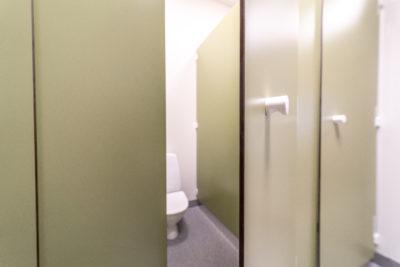 Laminat, kompaktlaminat, laminatskiva, laminatskivor, skärmvägg, skärmväggssystem, profiler, väggpanel-er, profilsystem, skärmsystem, kompositmaterial, skivmaterial, högtryckslaminat, fasadskivor, duschväggar, duschrum, omklädningsrum, bänkskivor, bänkar, toalettbås, tvättställ, tvättstuga, fönsterbänkar, laminathyllor, möbelkomponenter, duschbås, duschskärm, insynsskärm-ar